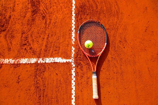 tenisový míček na raketě