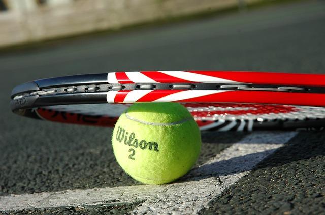 tenisová raketa a tenisový míč