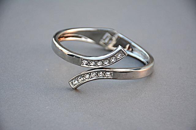 nevšední prsten