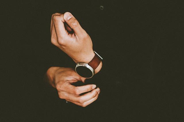 osoba s hodinkami