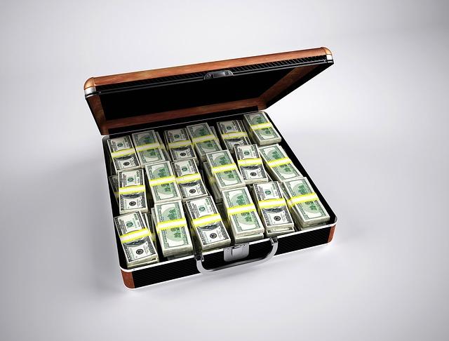 peníze srovnané v kufru